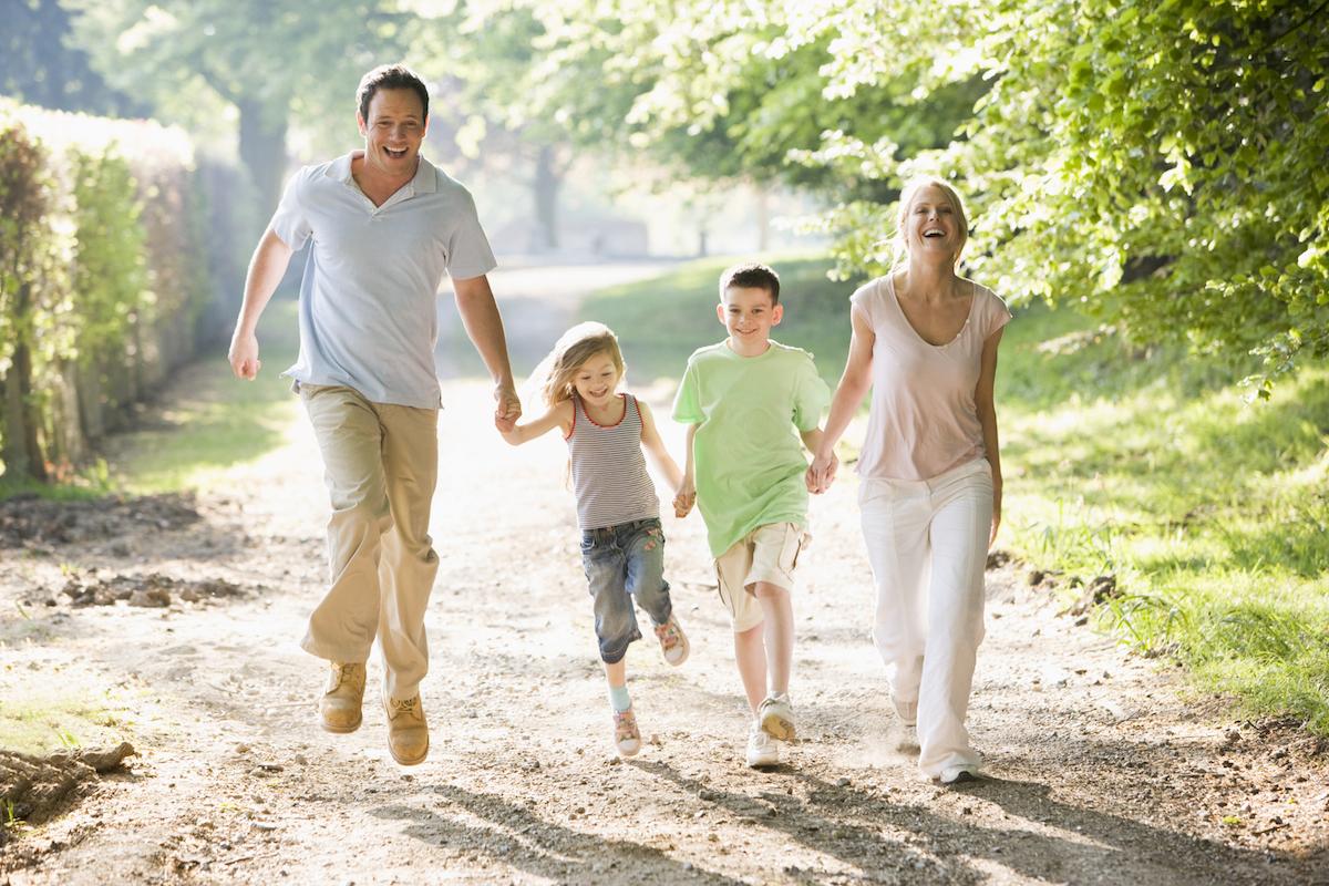 Familie som løper sammen